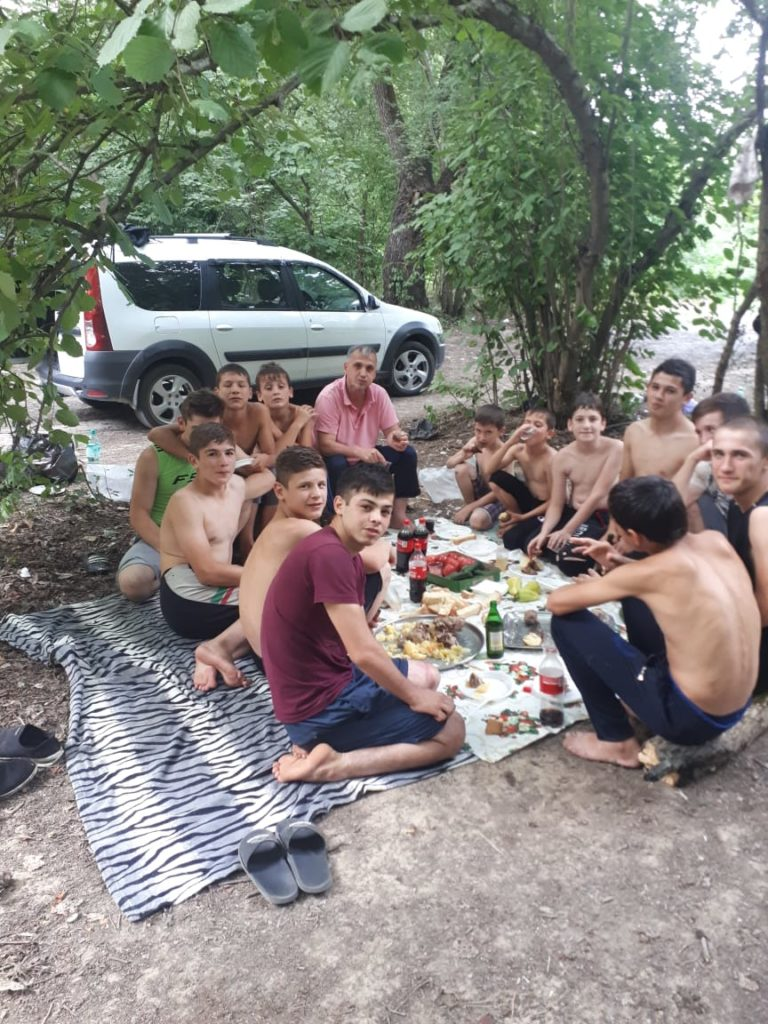 тренер Сетиев Шамхан на природе со своими воспитанниками